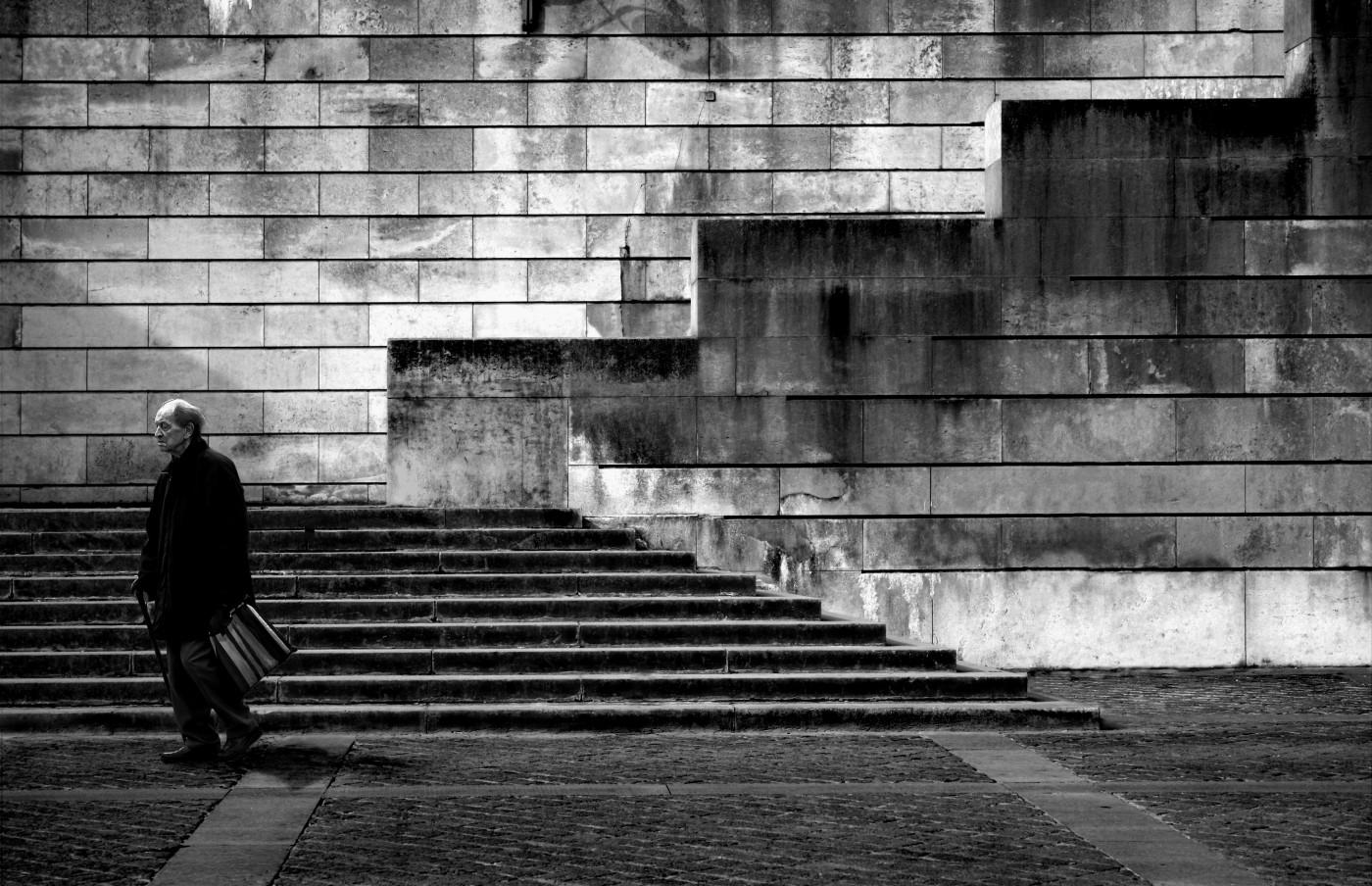 Oude man in Parijs
