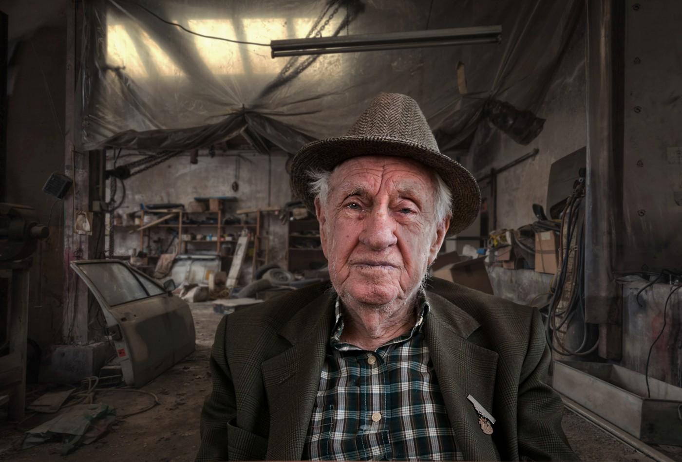 Oude man in garage