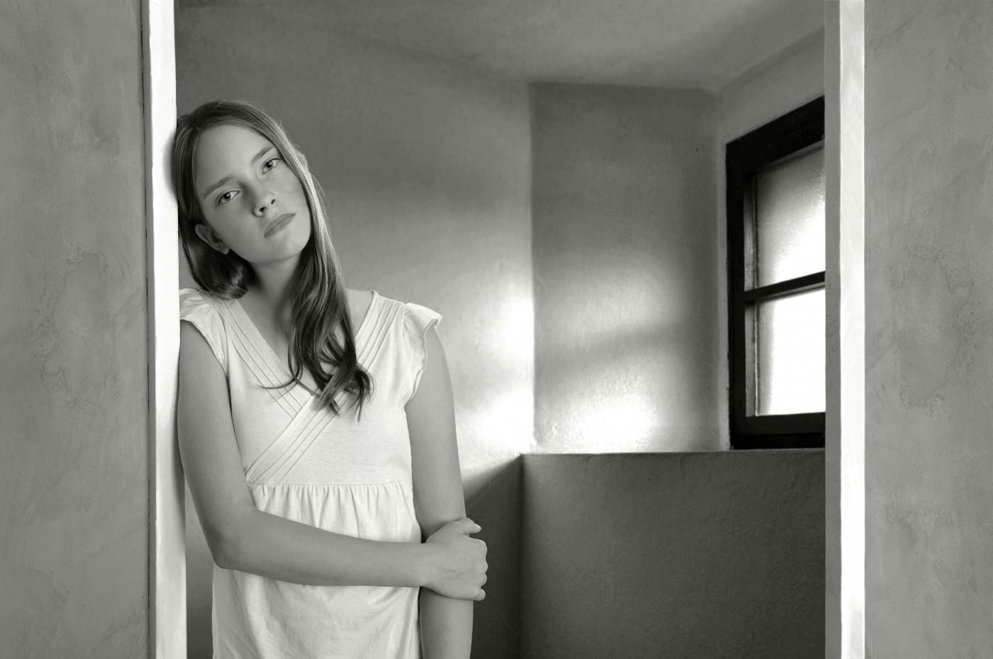 Meisje op zolderkamer